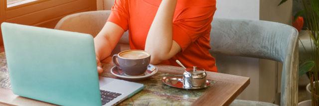 コーヒーとPCと女性